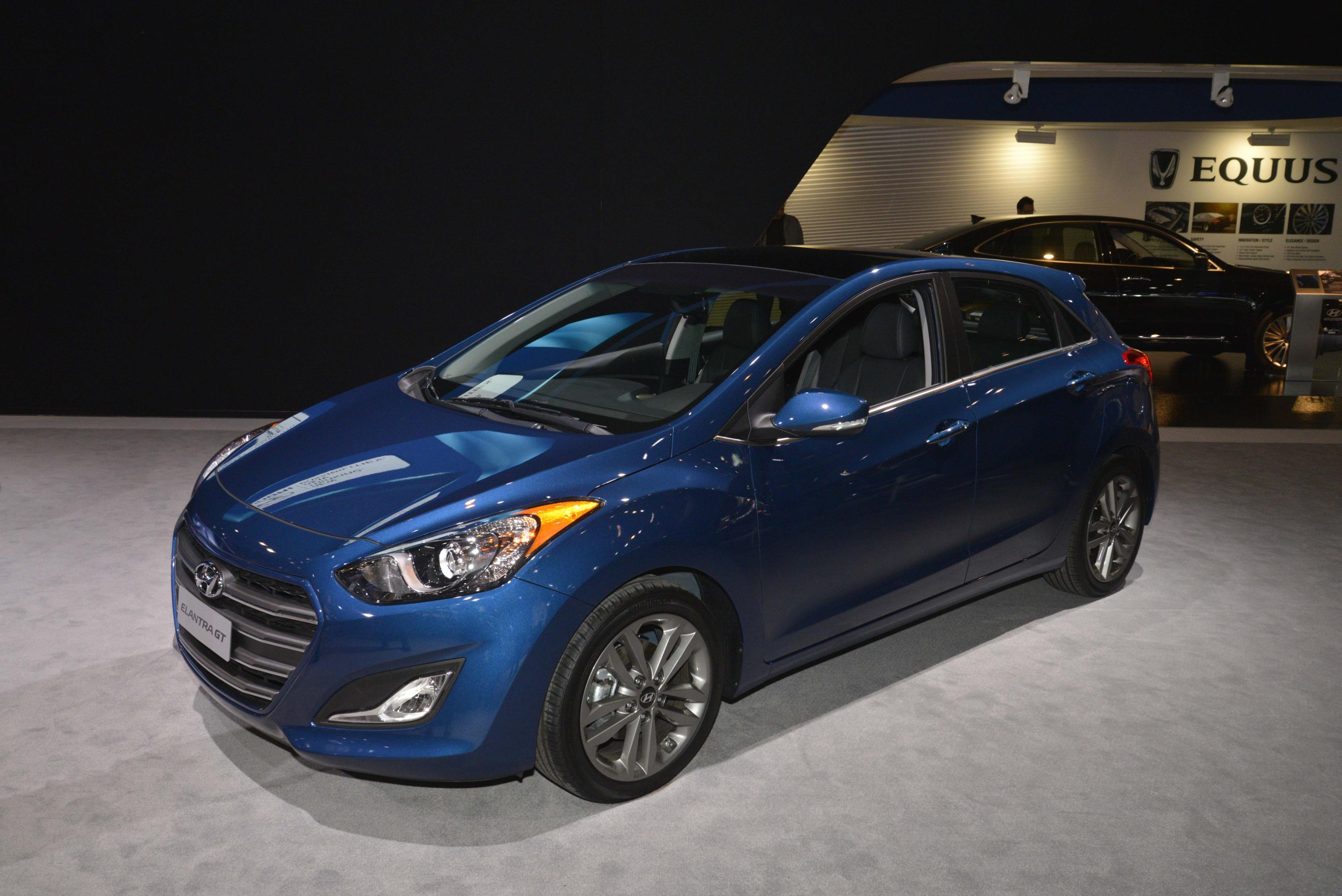 2016 hyundai elantra gt sports refreshed look and new tech. Black Bedroom Furniture Sets. Home Design Ideas