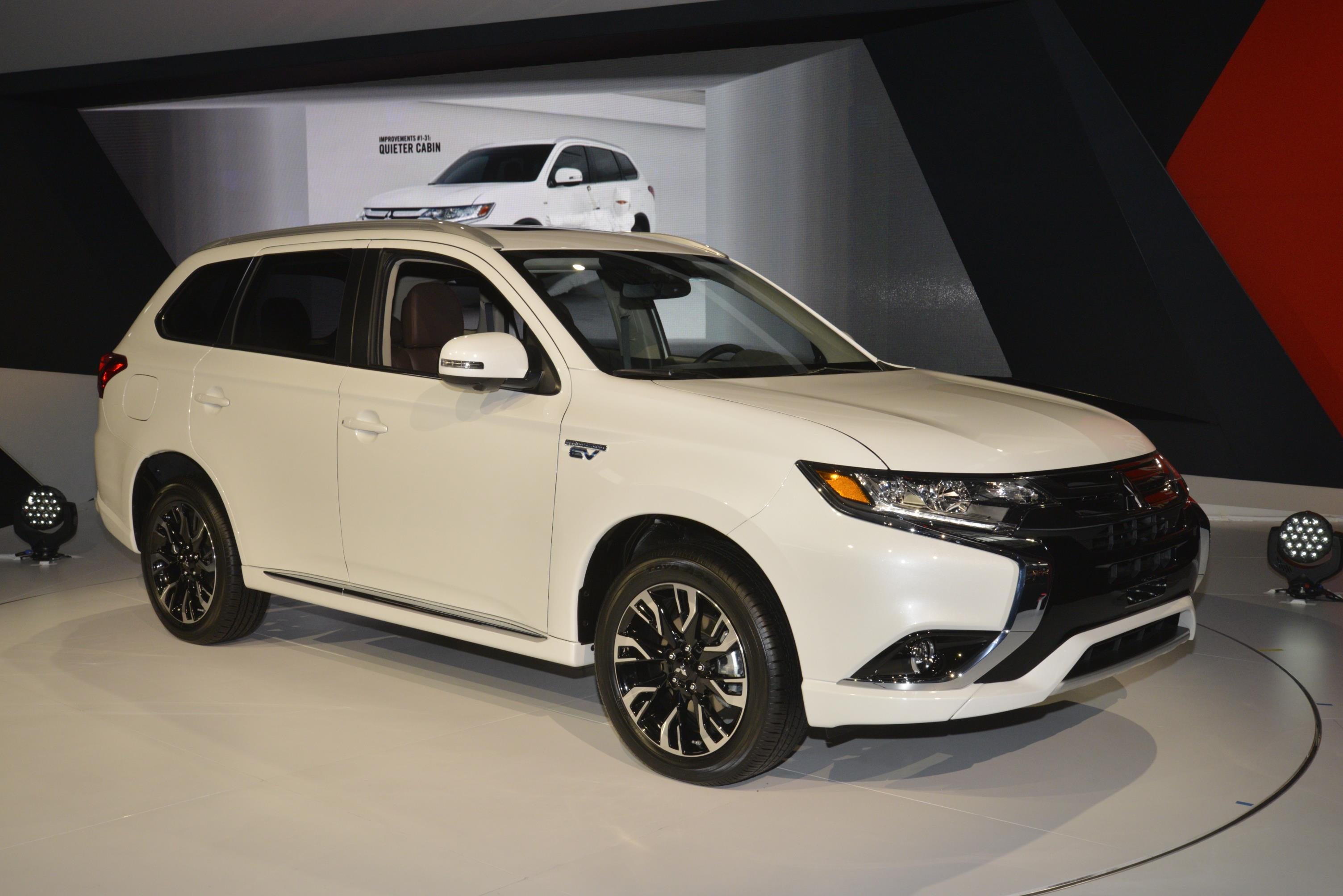 mitsubishi outlander phev makes debut. Black Bedroom Furniture Sets. Home Design Ideas