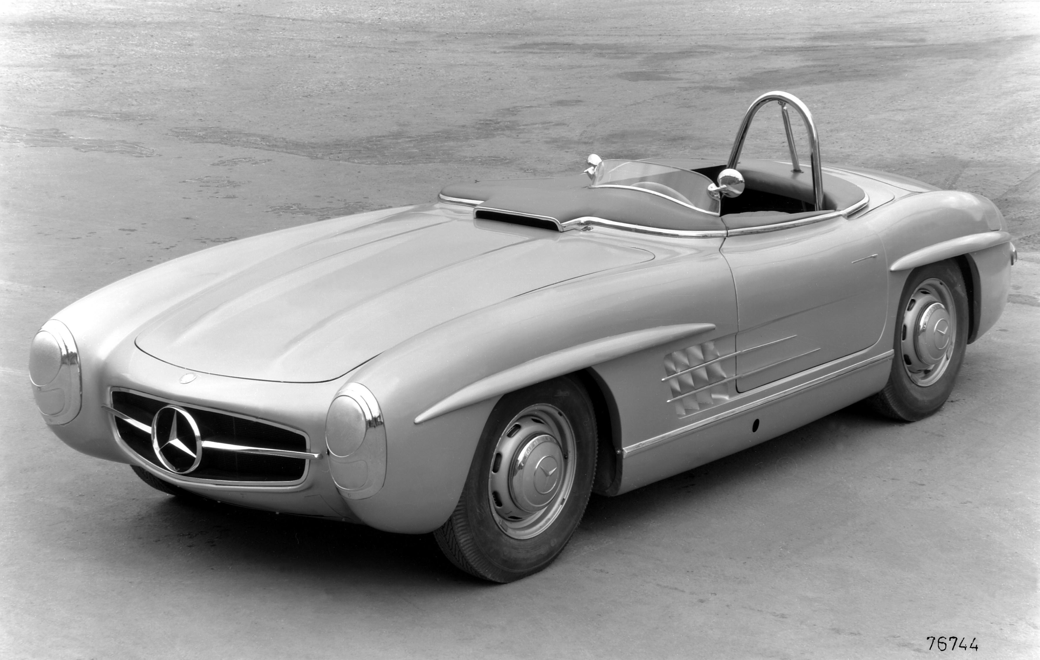 This vehicle is a special, very lightweight variant of the 300 SL Roadster of which just two units were built in 1957 specifically for participation in the American sportscar championship. Paul O'Shea defeated the competition by a clear margin to win in Category D. - Mercedes-Benz Tourensportwagen Typ 300 SLS (W 198), 1957