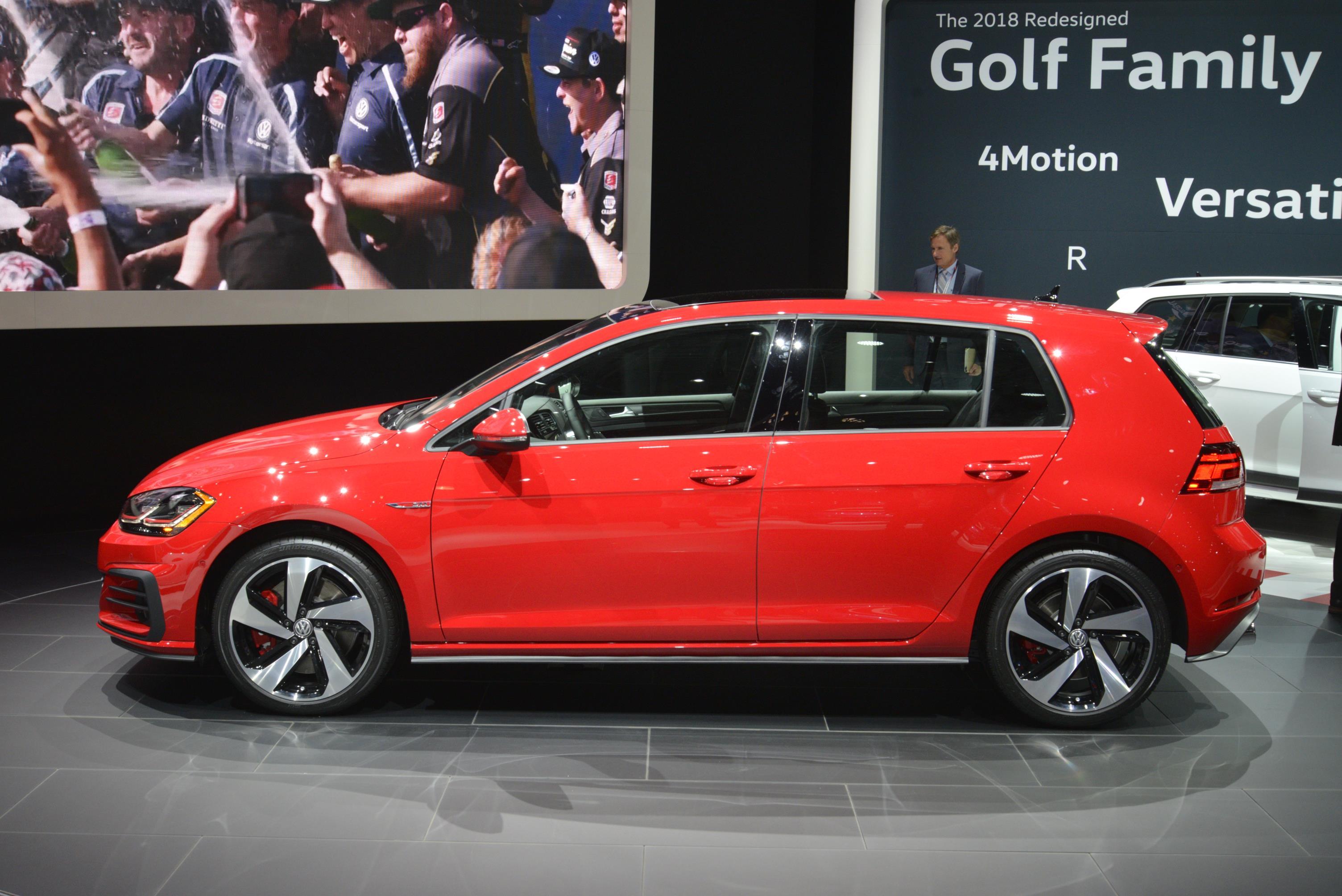 2017 Volkswagen Golf Alltrack Tsi Se >> VOLKSWAGEN INTRODUCES THE 2018 GOLF FAMILY AT THE NEW YORK ...